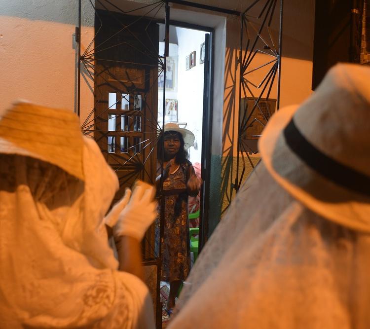 Há quem assista a festa por uma frestinha da porta. Foto: Shirley Stolze / Ag. A TARDE