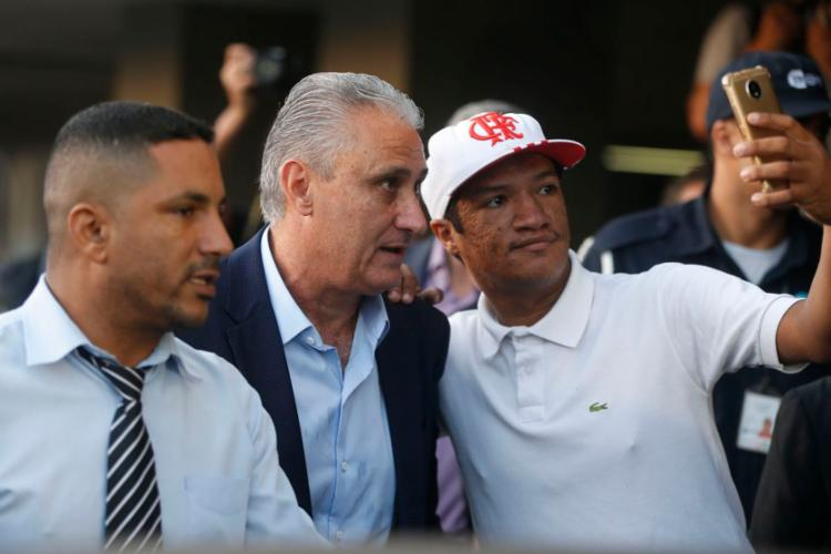 Torcedores aproveitaram para tirar fotos com Tite e os jogadores - Foto: Tomaz Silva | Agência Brasil