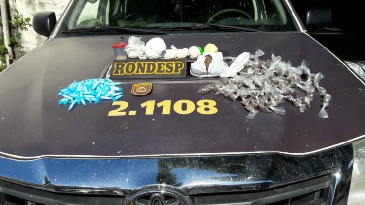 Foram encontrados 1 kg de pedras grandes de crack, 202 porções da mesma droga embaladas, 67 pinos de cocaína, 142 trouxas de maconha - Foto: Divulgação | SSP