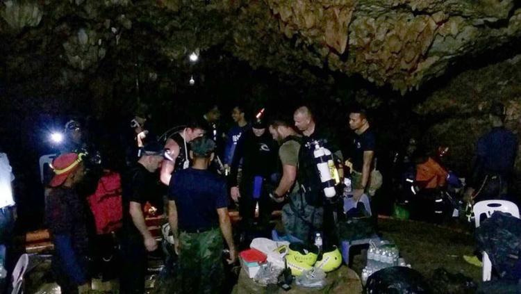 Membros da Marinha durante resgate de crianças em caverna - Foto: Royal Thai NAvy l AFP