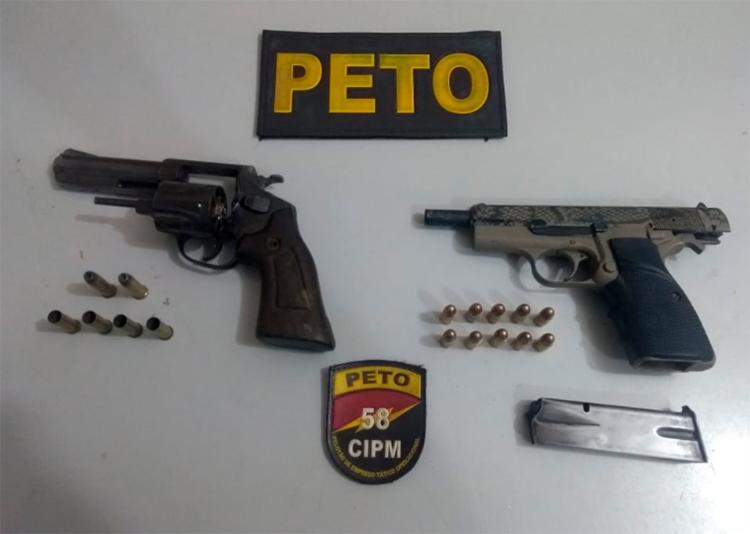 Suspeitos estavam com uma pistola, um revólver e munições, que foram apreendidos - Foto: SSP | Divulgação