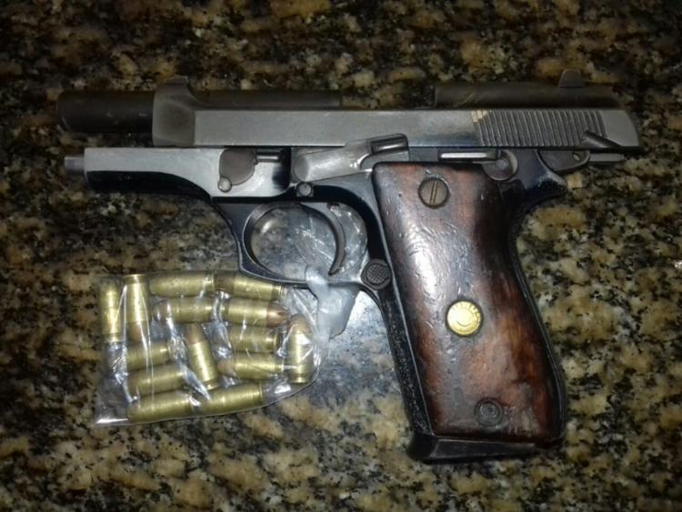 Com ele foram encontrados uma pistola calibre 40, carregador e munições.