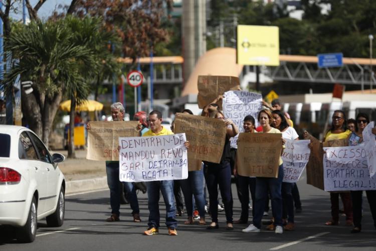 Manifestantes chegaram a atrapalhar a circulação de veículos na via