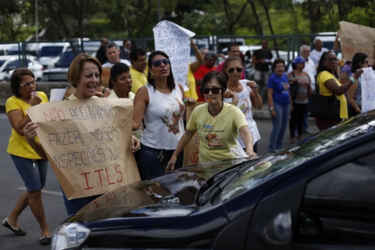 Manifestantes utilizam cartazes e apitos para chamar a atenção dos outros motoristas