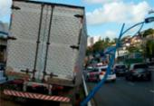 Caminhão colide com poste na Av. Vasco da Gama; trânsito segue lento   Foto: Reprodução   Transalvador