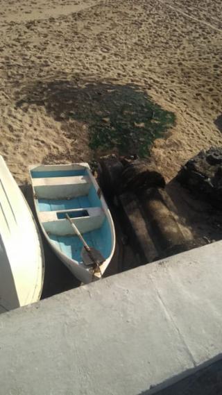 Esgoto sendo lançado diretamente nas areias da praia do Rio Vermelho - Não sei
