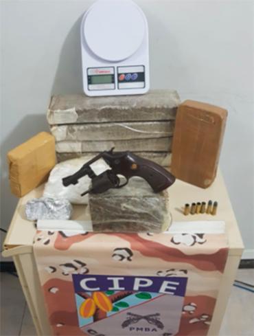 Drogas e arma foram apreendidos pela polícia - Foto: Divulgação SSP- BA