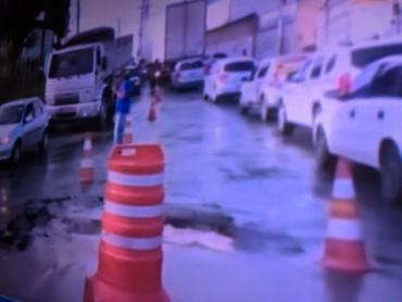 Vazamento acontece na entrada de Jardim Santo Inácio - Foto: Reprodução | TV Record
