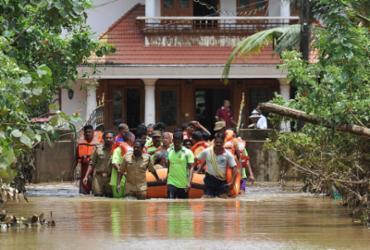 Chuvas de monção matam mais de 350 e forçam 800 mil a deixar casas na Índia | Manjunath Kiran l AFP