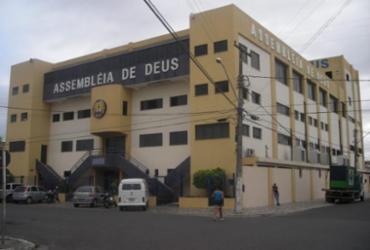 Jovem fica preso em grade ao invadir igreja em Feira de Santana | Reprodução | Portal Cidade Gospel