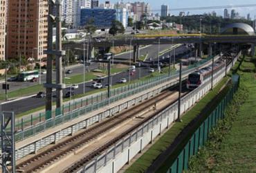 Trecho da Av. Paralela é interditada para implantação de passarela   Margarida Neide   Ag. A TARDE