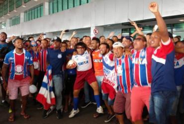 Torcida lota aeroporto de Salvador para apoiar embarque do Bahia | Adilton Venegeroles | Ag. A TARDE