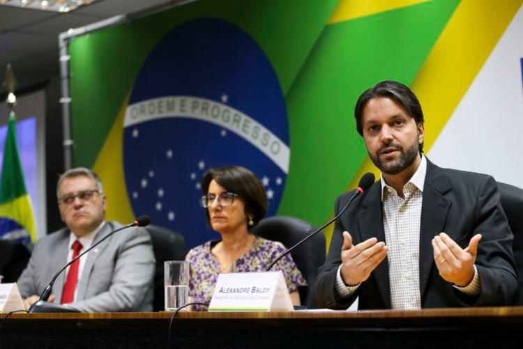 O diretor do Denatran, Maurício Alves, a diretora-presidente do Serpro, Glória Guimarães, e o ministro das Cidades, Alexandre Baldy, durante cerimônia para lançamento da versão digital do CRLV