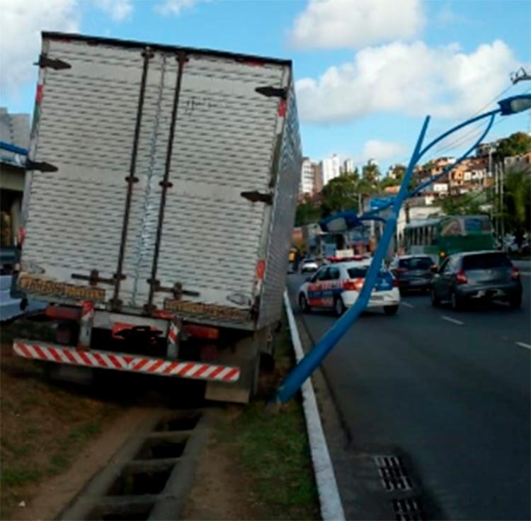O motorista perdeu o controle da direção e veículo subiu no canteiro central - Foto: Reprodução | Transalvador