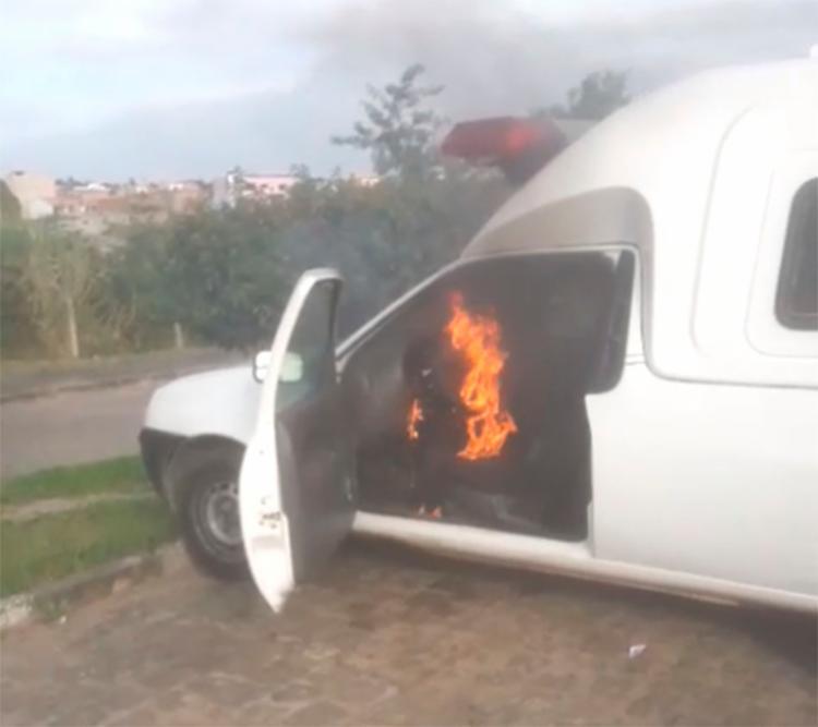 Ambulância que pertence ao município de Amargosa pega fogo na área do HRSAJ - Foto: Reprodução