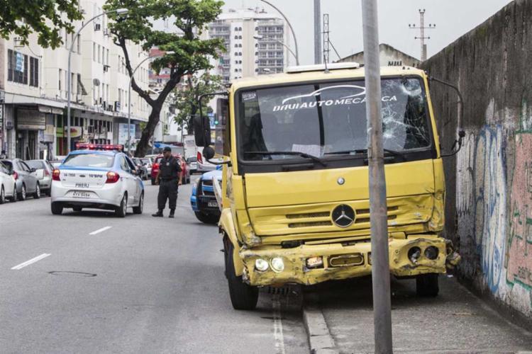 Homem em caminhão-reboque atropela pedestres e atinge carros na Penha, no Rio - Foto: Márcio Mercante | Agência O Dia | Estadão Conteúdo