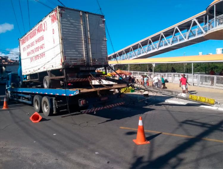 Caminhão derruba poste em Pernambués - Foto: Transalvador