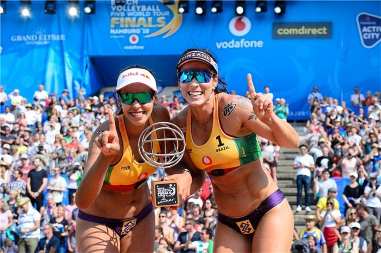 Brasileiras alcançaram o feito após conquistarem o World Tour Finals no último domingo - Foto: Divulgação l FIVB