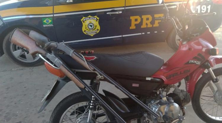 O condutor da motocicleta não possuía carteira de habilitação e nem porte de armas - Foto: Divulgação | PRF