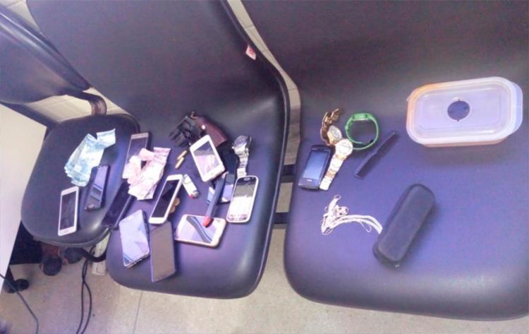 Além dos aparelhos, foram apreendidos quatro relógios, entre outros objetos