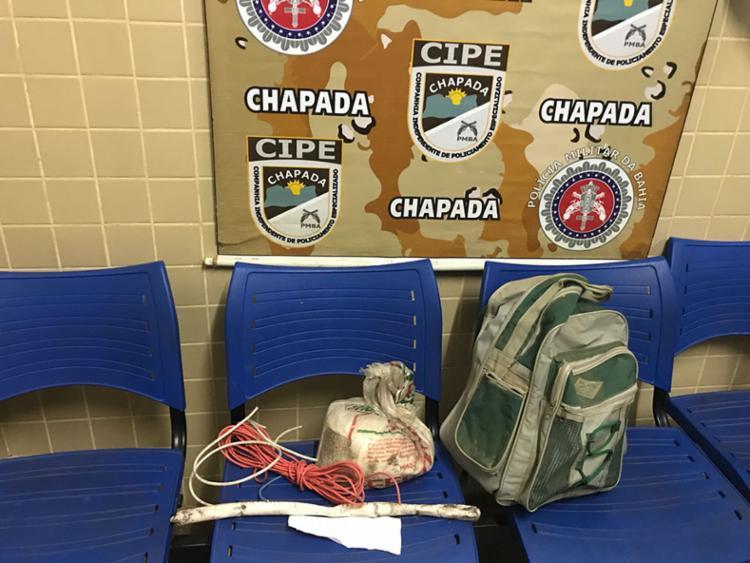 Artefatos explosivos, pertences do imóvel invadido e R$ 200 foram apreendidos com o suspeito - Foto: Divulgação | SSP-BA