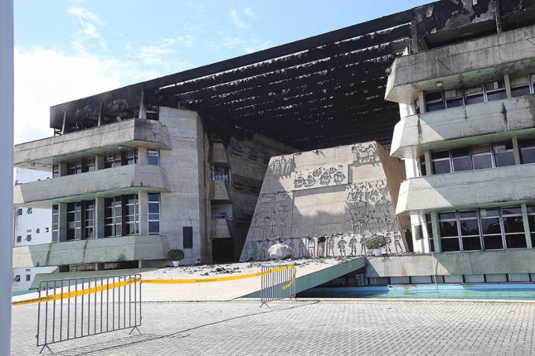Chamas consumiram todo o terceiro e último andar da Assembleia Legislativa da Bahia, no Centro Administrativo - Foto: Margarida Neide l Ag. A TARDE