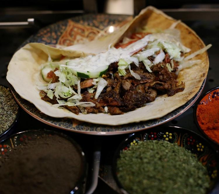 Os kebabs, servidos em pão pita e pão-folha, custam de R$ 18,90 a R$ 27,50. Foto: Adilton Venegeroles / Ag. A TARDE