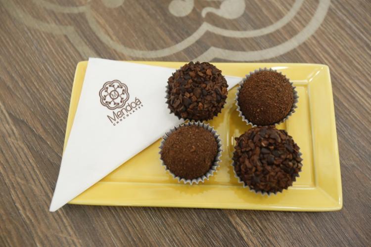 Para comer, um dos destaques são os brigadeiros de chocolate amargo com nibs de cacau
