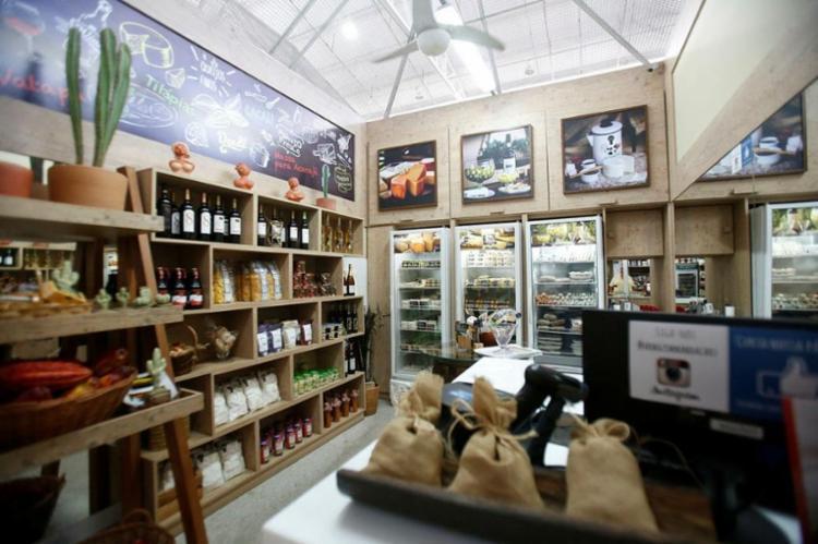 Os queijos de cabra, produzidos na cidade de Castro Alves, são o chamariz da loja - Foto: Margarida Neide / Ag. A TARDE