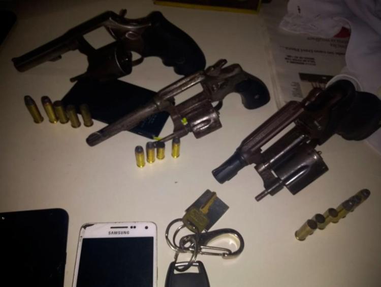Policiais apreenderam três armas com os suspeitos - Foto: Divulgação | SSP-BA