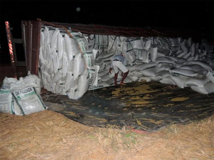 Moradores ajudaram na remoção dos sacos da rodovia e na transferência para uma outra carreta - Foto: Reprodução | Blog do Braga