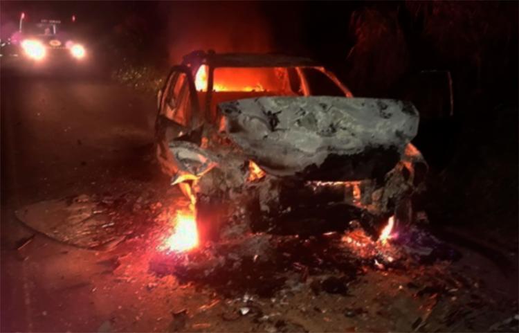 Feridos foram retirados de um dos carros momentos antes dele pegar fogo - Foto: Reprodução | Site Giro Ipiaú