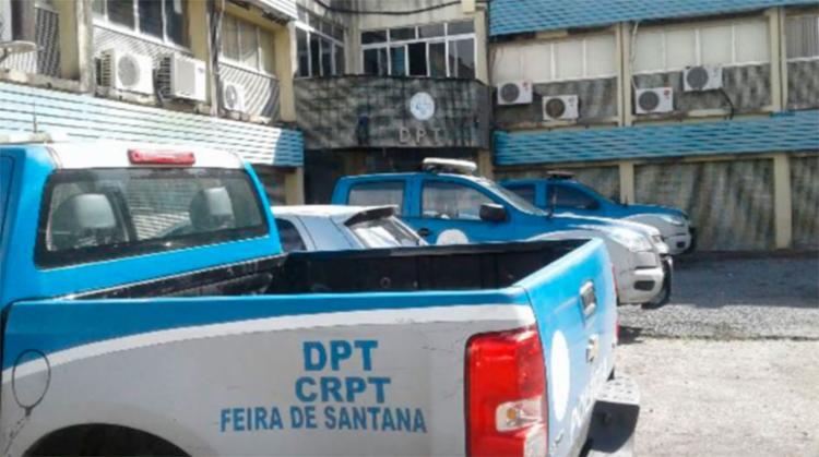 Os corpos foram encaminhados para o DPT de Feira de Santana - Foto: Aldo Matos   Reprodução   Site Acorda Cidade