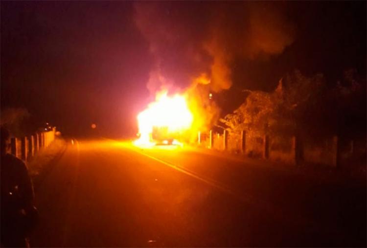 Crianças e motorista saíram antes que as chamas se alastrasse; motociclista morreu - Foto: Reprodução | Site Radar 64