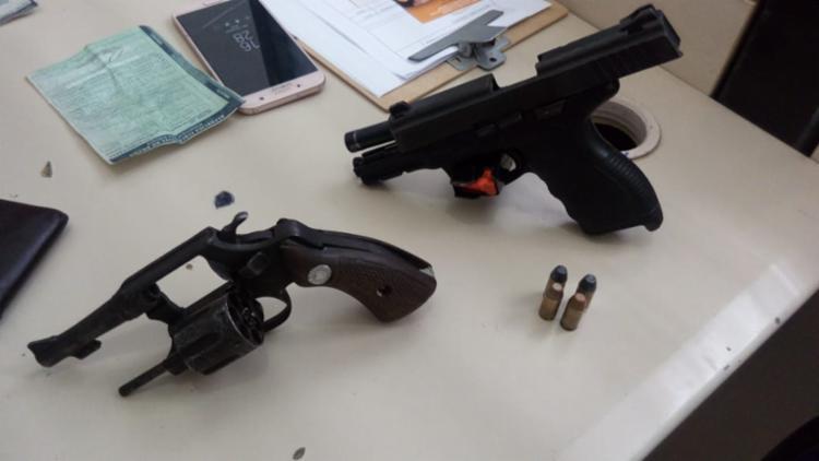 Com eles a polícia apreendeu um revolver 32 e uma pistola calibre 24/7