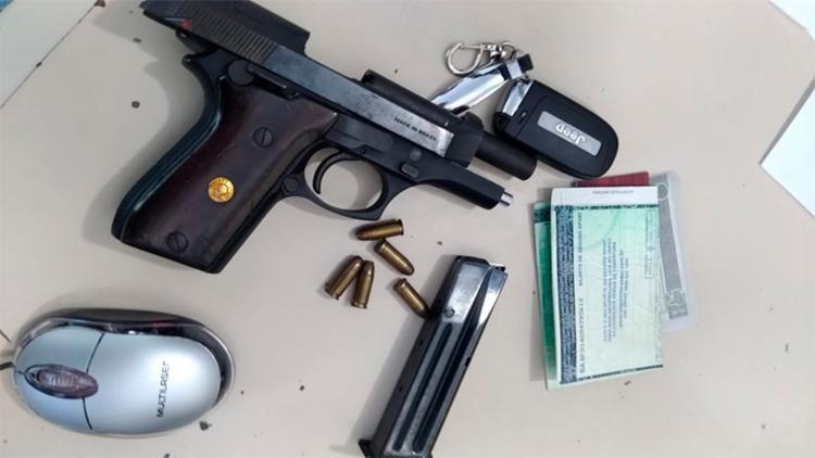 Com o suspeito, os PMs encontraram uma pistola calibre 7,65, carregador, munições e celulares