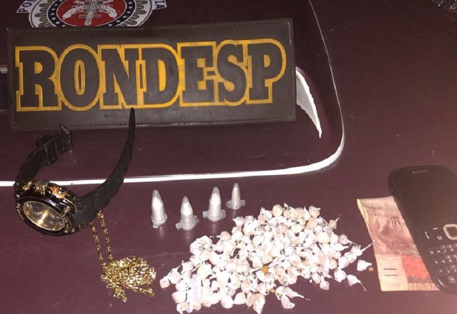 Com o menor, foram apreendidos 156 pedras de crack, quatro pinos de cocaína e R$ 60