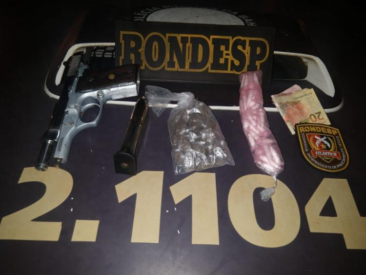 Com o suspeito, os PMs apreenderam uma pistola calibre 380, carregador, munições, 60 pinos de cocaína e 28 trouxas de maconha - Foto: Divulgação | SSP