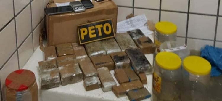 Drogas estavam em cinco vasilhames plásticos - Foto: Reprodução | Central Blog de Polícia