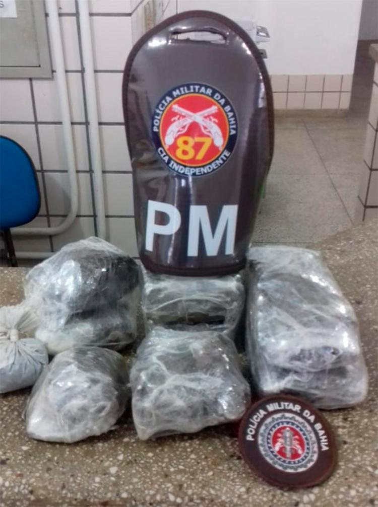 Com o trio, a polícia encontrou 2,5 kg de maconha embrulhada em plásticos - Foto: Divulgação | SSP