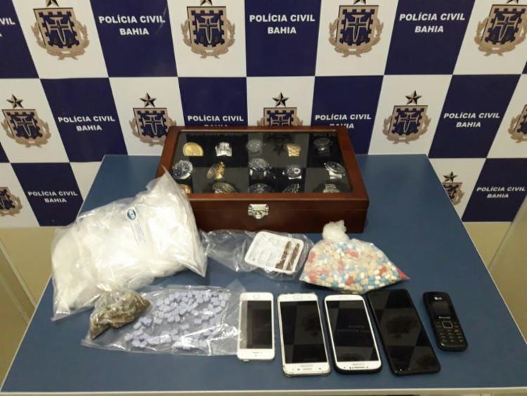 Comprimidos de ecstasy, relógios sem nota fiscal, maconha e celulares foram apreendidos com o homem