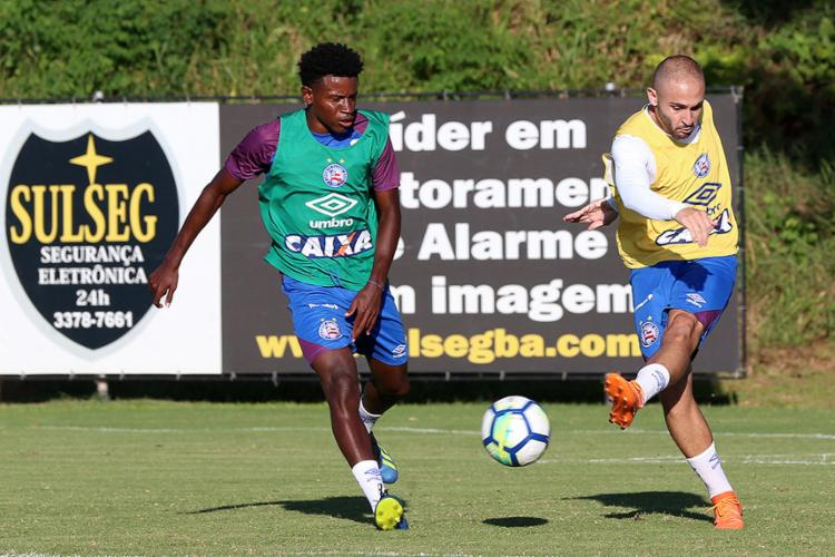 Régis (à esq.), Léo, e Kayke seguiram viagem para Montevidéu - Foto: Felipe Oliveira l EC Bahia