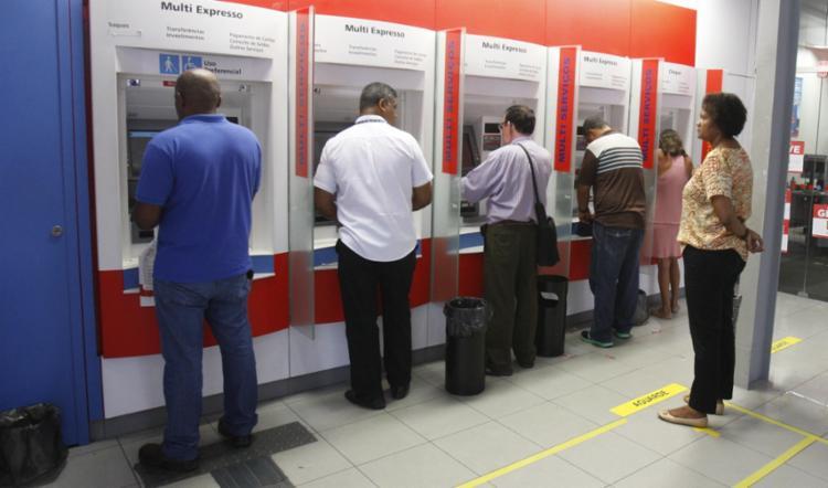 Bancários voltam ao trabalho após atraso de uma hora na abertura das agências - Foto: Luciano da Matta   Ag. A TARDE   03.10.2016
