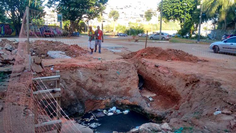 Buraco com água fétida causa transtornos - Foto: Raul Aguilar l Ag. A TARDE