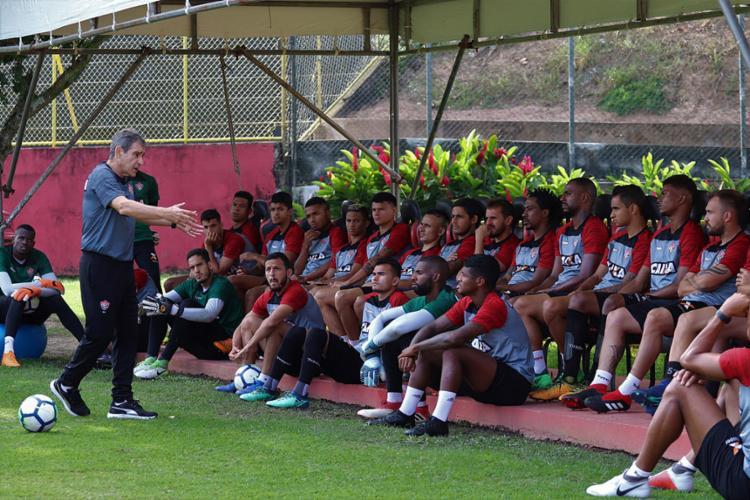 Treinador bateu um papo com os atletas antes das atividades do dia - Foto: Maurícia da Matta l EC Vitória