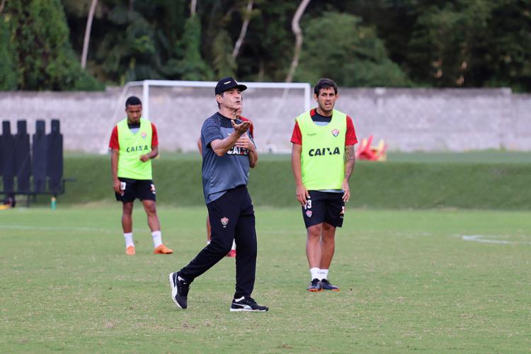 Treinador orienta os jogadores durante atividade na Toca do Leão - Foto: Maurícia da Matta l EC Vitória