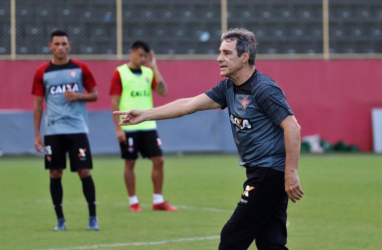 Treinador do Rubro-Negro orienta os jogadores durante atividade na Toca - Foto: Maurícia da Matta l EC Vitória