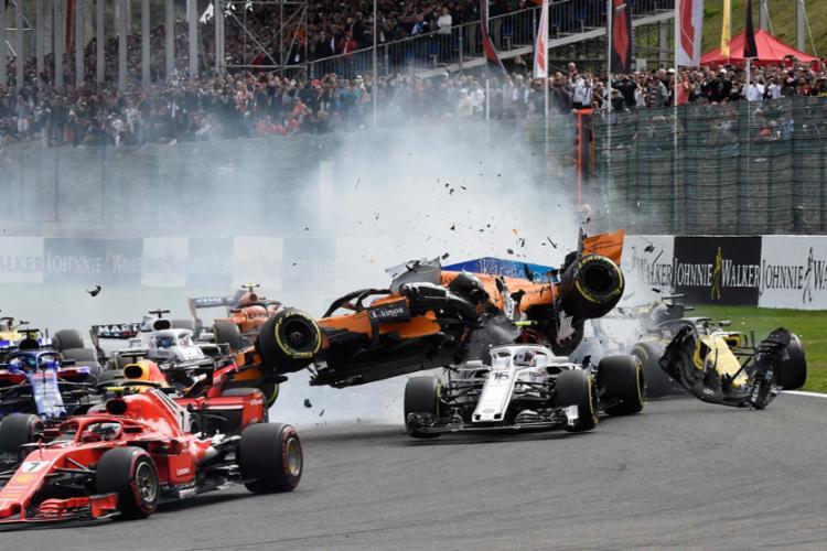 O carro de Fernando Alonso, da McLaren, voou após ser tocado por trás - Foto: AFP