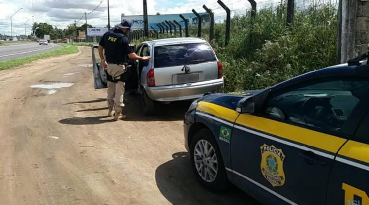 O veículo foi encontrado parado e sem ocupantes às margens do KM 527 - Foto: Divulgação | PRF-BA