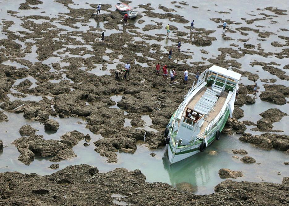 Embarcação Cavalo Marinho I ficou encalhada após o acidente em agosto de 2017